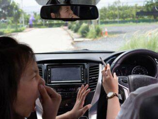 Raucher mit Kind im Auto