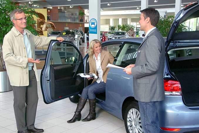 Autohändler beim Verkaufsgespräch