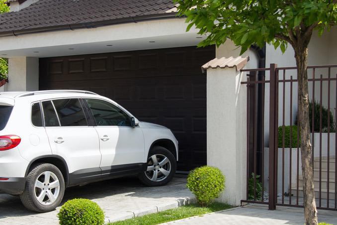 Weißer PKW vor Garagenauffahrt
