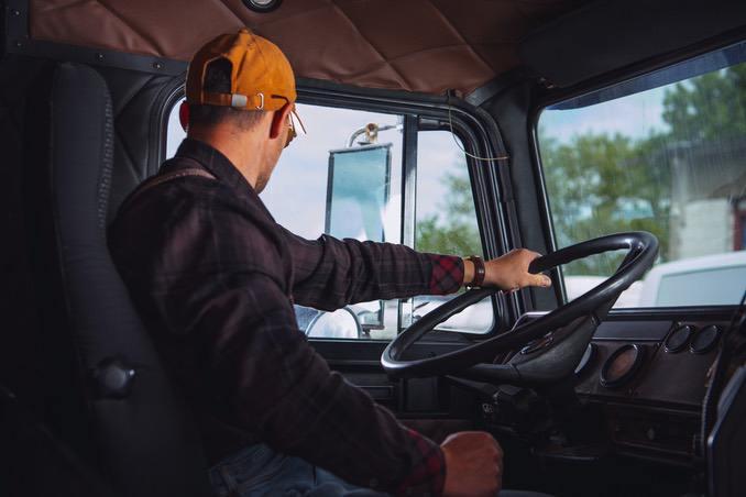 Lkw Fahrer bei Fahrtantritt
