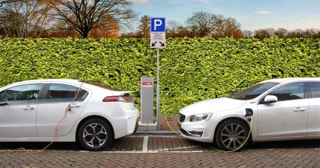 Öffentliche Ladesäule mit 2 Autos