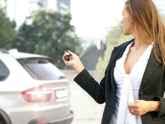 Frau Schließt Auto mit den Funkschlüssel ab