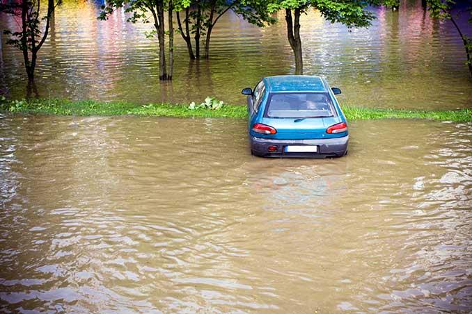Auto auf einem überfluteten Parkplatz