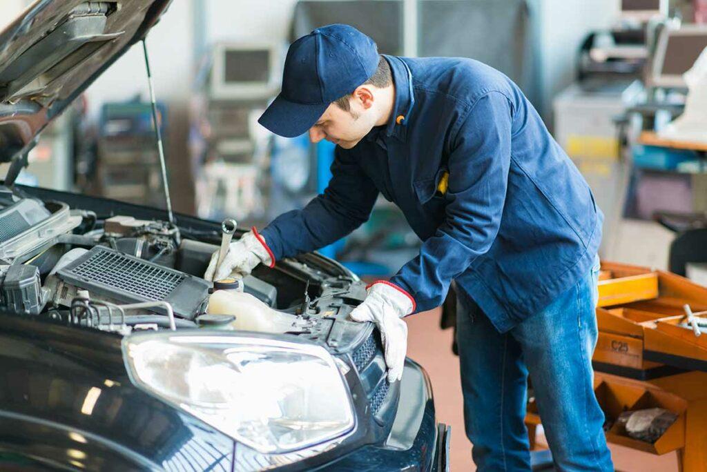 Automechaniker mit Arbeitshandschuhen